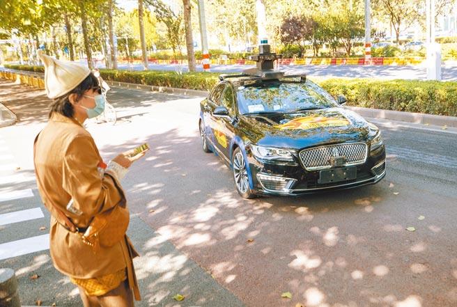 北京的百度自動駕駛計程車準備迎接乘客上車。(中新社資料照片)