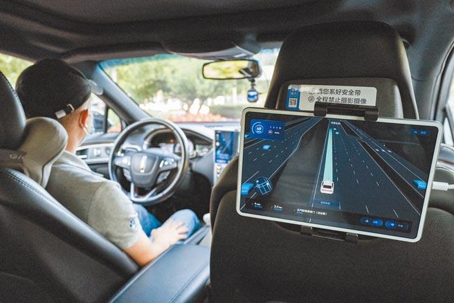 自動駕駛計程車上路行駛,通常情況下隨車安全員無需對車輛施加控制。(中新社資料照片)