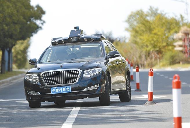 自動駕駛車完成車道直線穿越障礙挑戰。(中新社資料照片)