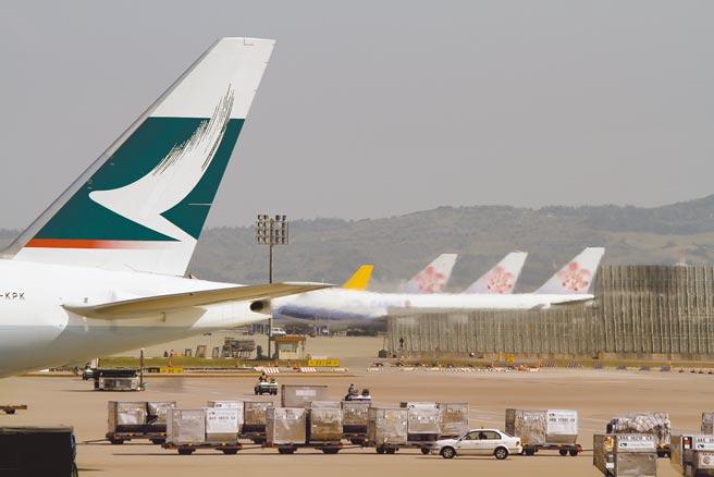 航空貨櫃在高空飛行時處於低溫狀態,有利病毒存活,造成機場工人感染。圖為桃園機場停機坪上滿是航空貨櫃。(本報系資料照片)