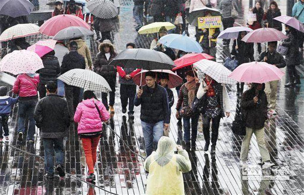 氣象局表示明天(27日)東北季風增強,一直到下周三(12月2日)連續6天都受到東北季風影響,中部以北、東北部降溫,濕冷有雨。(示意圖 資料照)