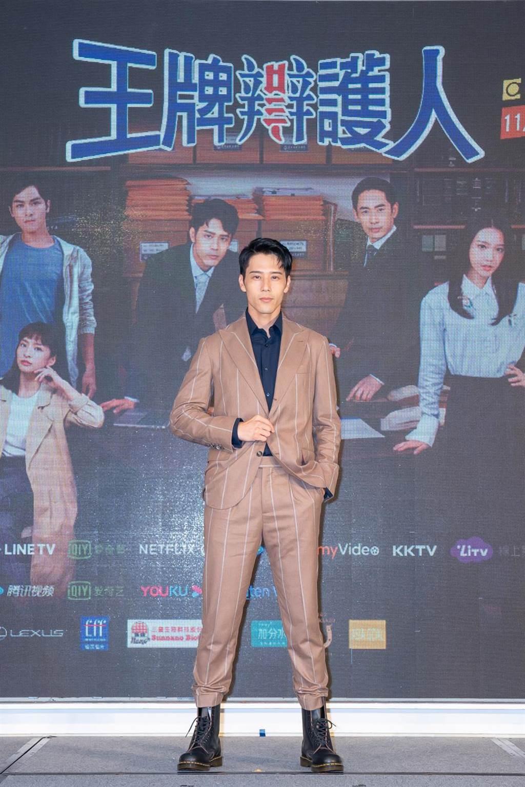 胡宇威在《王牌辩护人》饰演天才律师。(东森提供)