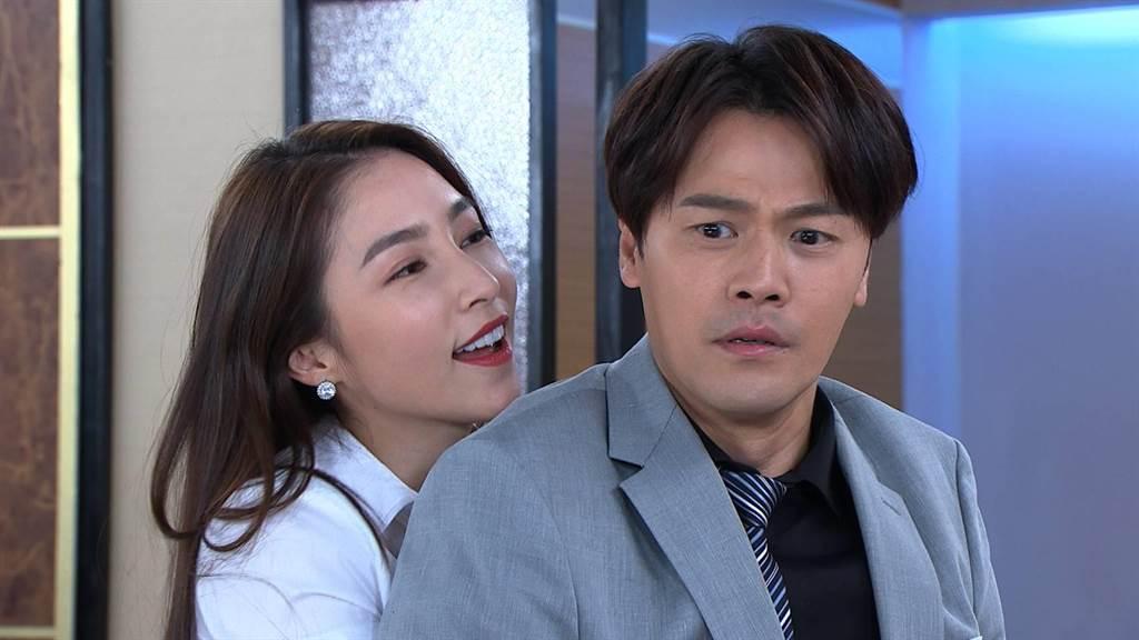 张家玮剧中与黄文星玩SM。(民视提供)