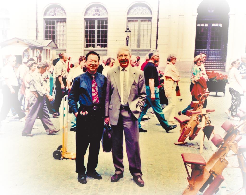 羅青(左)與馬悅然在瑞典。(羅青提供)