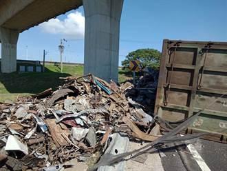 國道2大園匝道口貨車翻覆 金屬廢鐵散落一車流回堵