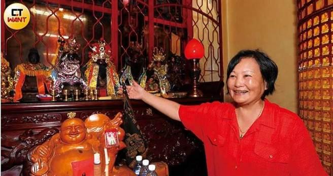 蔡勺弁表示,安座在進寶殿的董公真仙佛像,最古老的一尊已有200多年歷史。(圖/張文玠攝)