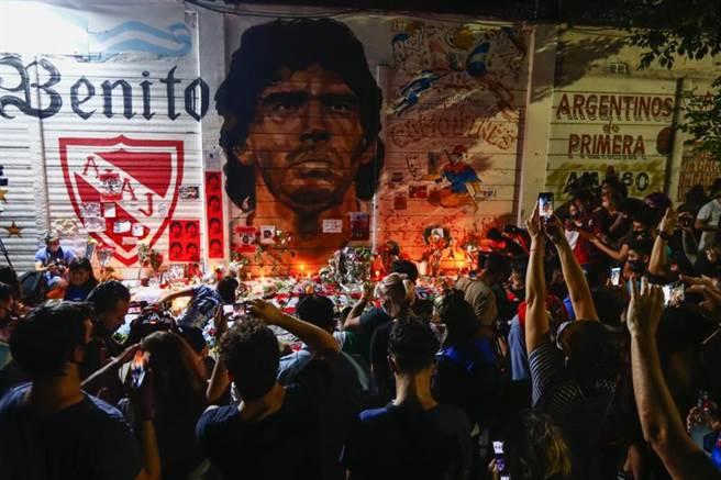 阿根廷退役傳奇球星馬拉度納(Diego Maradona)因心臟病發逝世,享壽60歲。(美廉社)