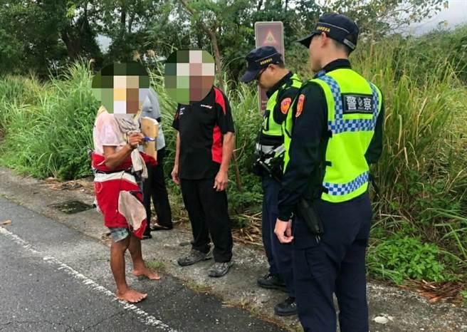 台東鹿野警員日前巡邏發現1名老婦,竟是從嘉義徒步來到台東。(台東縣警局提供/蔡旻妤台東傳真)