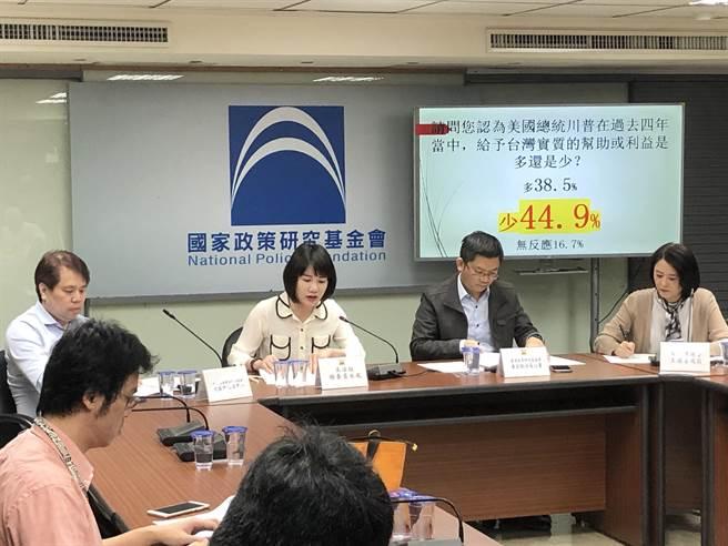 國民黨智庫今天發布11月時事民調。(趙婉淳攝)