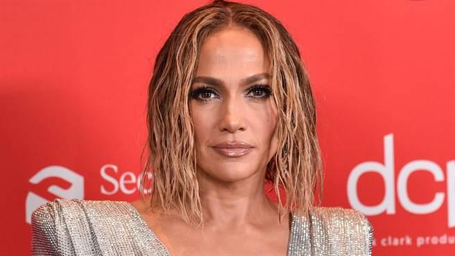 珍妮佛羅培茲(Jennifer Lopez)在全美音樂獎頒獎典禮上只遮三點性感登台,粉絲看了全暴動。(圖/達志影像)