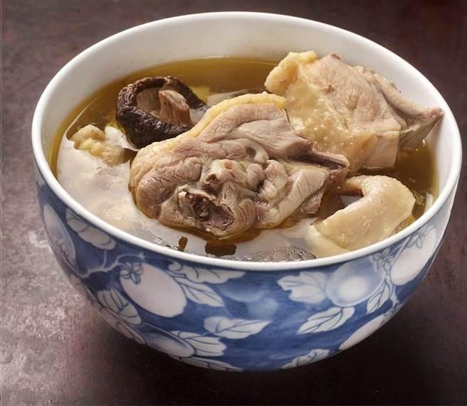 香菇雞湯是冬天潤補的好菜色,只要在煮湯前,先將香菇過油拌炒,就可以提升攝取維生素D。(圖/中時資料照片)