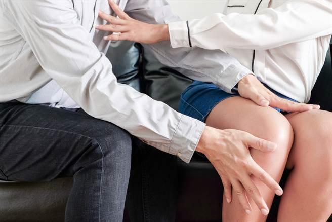 高雄一位黃姓助教遭控性騷學生,慘被學校開除。(示意圖/Shutterstock)
