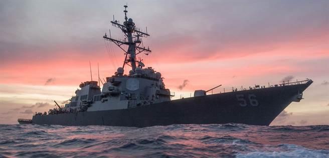 美國海軍「約翰馬侃」號(USS John S. McCain,DDG-56)驅逐艦在南海巡邏的資料照。(美國海軍)