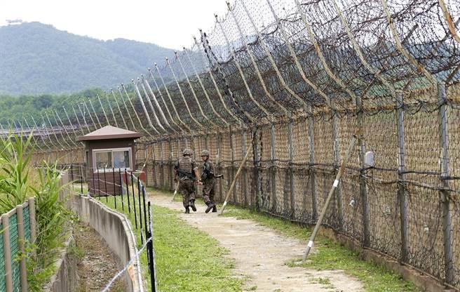 一名北韓民眾用跳躍的方式,跳過3公尺高的南北韓邊界鐵絲網進入南韓,他自稱是前體操運動員。圖為南北韓邊界鐵絲網。(資料照/美聯社)