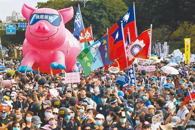 民調的變化,直接反映社會氛圍的轉變,「討厭民進黨」的民心已在醞釀,上周末秋鬥的盛大就是最好的例證。(路透資料照)