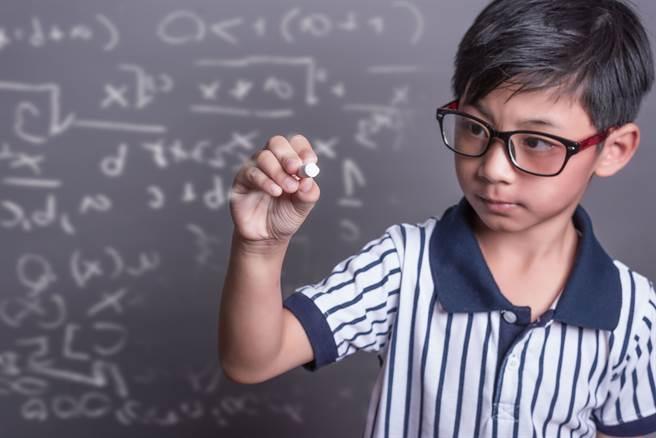 米山維斗天資聰穎,從小就對化學、太空等知識有興趣,上小學後,更是自己設計一款化學相關的紙牌遊戲。(示意圖/達志影像)