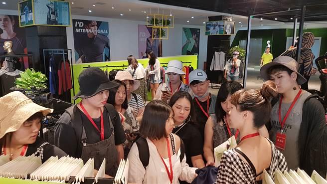 2019年時尚創意節活動中,莊雅雯老師在愛帝集團品牌館教學生認識布料。(圖/金裳獎執委會提供)