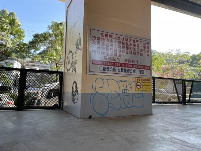 獅球嶺運動公園淪塗鴉畫板,旅客行經喊醜。(吳康瑋攝)