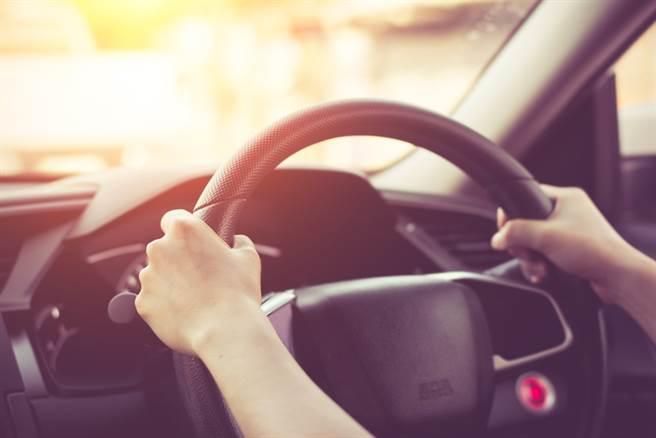 有網友指出,在路上會車時輕按喇叭是向對方道謝。(圖取自達志影像/示意圖非當事人)