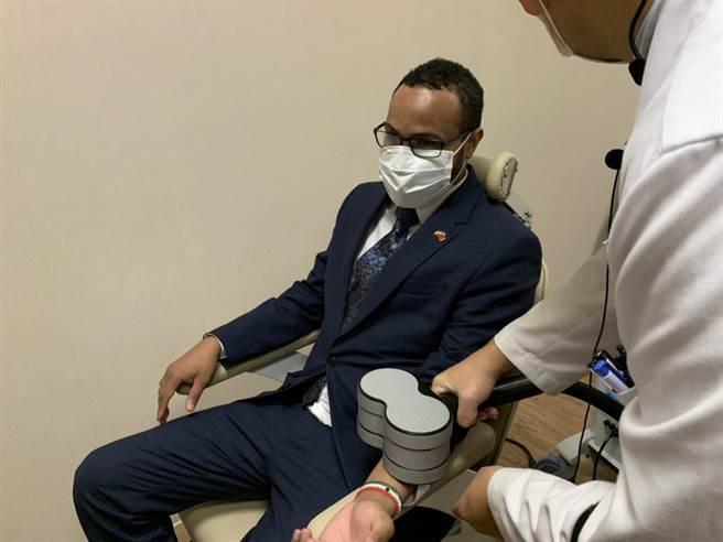 桃園市 ▲該參訪重點為桃療的腦醫學中心,穆姆德也親自使用了腦醫學中心的相關設備,大讚台灣醫療科技相當進步。(姜霏攝)