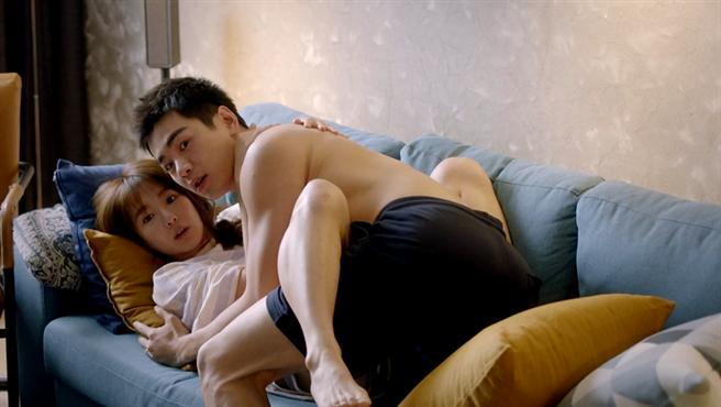 郭书瑶和禾浩辰在沙发上亲热。(三立提供)