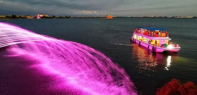大鵬灣「水幕光雕秀」是全台唯一海水噴泉音樂秀,夜航遊湖也就成了東港最吸睛的夜間遊程,目前預約團客已排到明年1月。(謝佳潾攝)