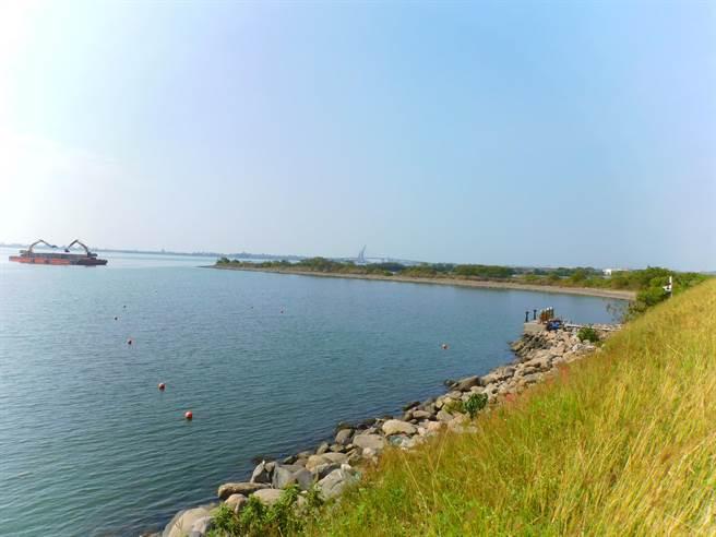 大鵬灣三孔橋堤防工程至今搞不定,遊湖業者指出,鵬管處要在距離沙岸50餘米處建堤防,航道遭嚴重限縮,別說船隻開進去無法迴轉,甚至還有擱淺危險。(謝佳潾攝)