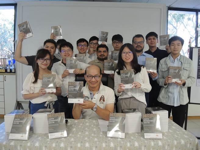 清華大學材料系教授周卓煇(前)推廣反藍光理念,將研究心得撰寫成書。(邱立雅攝)