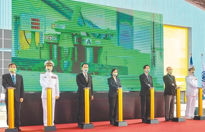 潛艦國造建造案開工典禮24日於高雄台灣國際造船公司舉行,由蔡英文總統(中)主持,在廠房及捲板作業啟用儀式後,潛艦正式邁入建造階段。(總統府提供)