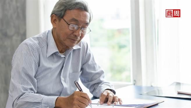 自營業者過半都是過50歲的中年男性! Recruit Works調查顯示,其中又以業務員、建築業為大宗。(圖/Dreamstime)