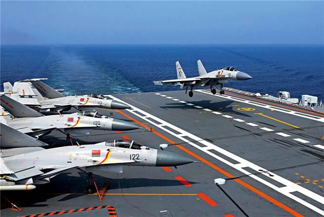 大陸首批生長模式艦載戰機飛行員完訓,獲得晝間著艦認證。(圖/新華社)