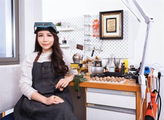 李芷寧創作需頭戴放大鏡,手持雕刻刀,體能大考驗,她盼通過英國工藝大師一對一訓練,將職業生涯提升到一個新的水平。(摘自李芷寧臉書/盧金足台中傳真)