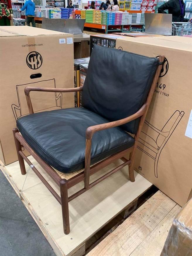 好市多卖场内一张看似简单的木椅,上面配上黑色的椅垫及背垫,售价为109,999元。(摘自Costco好市多 商品经验老实说)