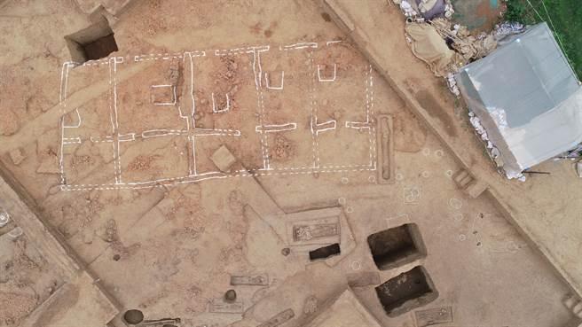 河南南陽黃山遺址發現5000多年前大型玉石器生產基地,圖為部分發掘現場航拍圖。(圖/河南省文物考古研究院)