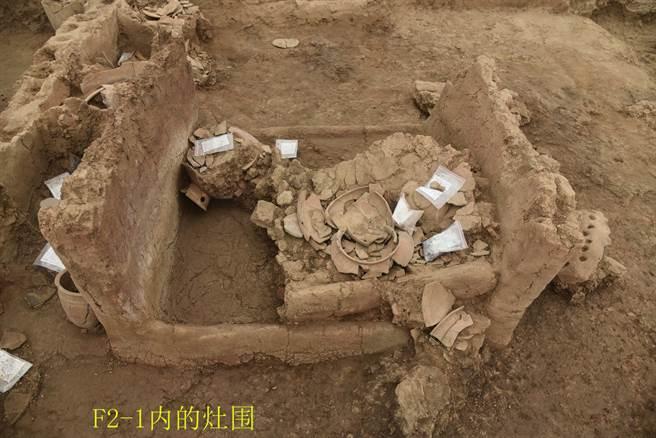 河南南陽黃山遺址出土、標號為f2的仰韶文化晚期大型玉石器生產作坊內的灶圍。(圖/河南省文物考古研究院)