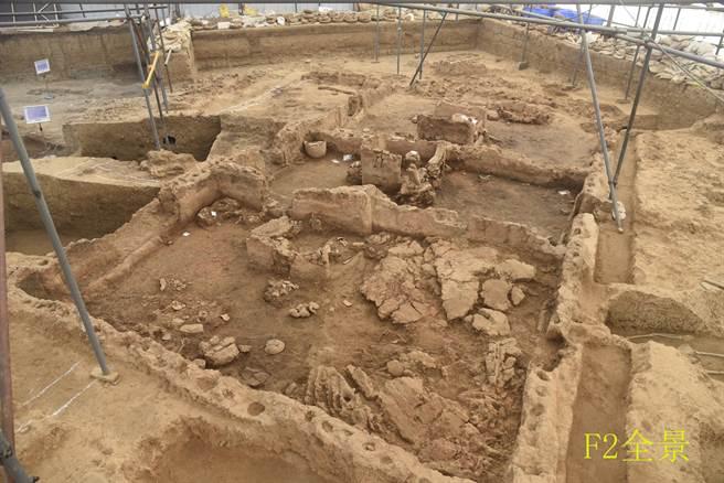 圖為河南南陽黃山遺址出土的仰韶文化晚期的大型玉石器生產作坊,該作坊標號為f2,面積超過120平方米。(圖/河南省文物考古研究院)