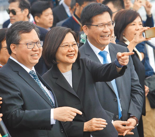 圖為蔡總統(中)去年在桃園市長鄭文燦(左)及交通部長林佳龍(右)陪同下參觀桃園機場。(本報資料照片)