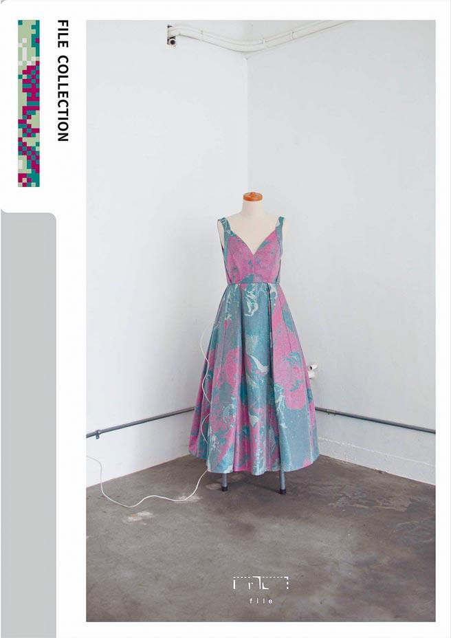 以大茂黑瓜為發想的洋裝,利用與美立信緹花、毅荃蕾絲廠商共同開發的環保布料製成。(質物霽畫提供)