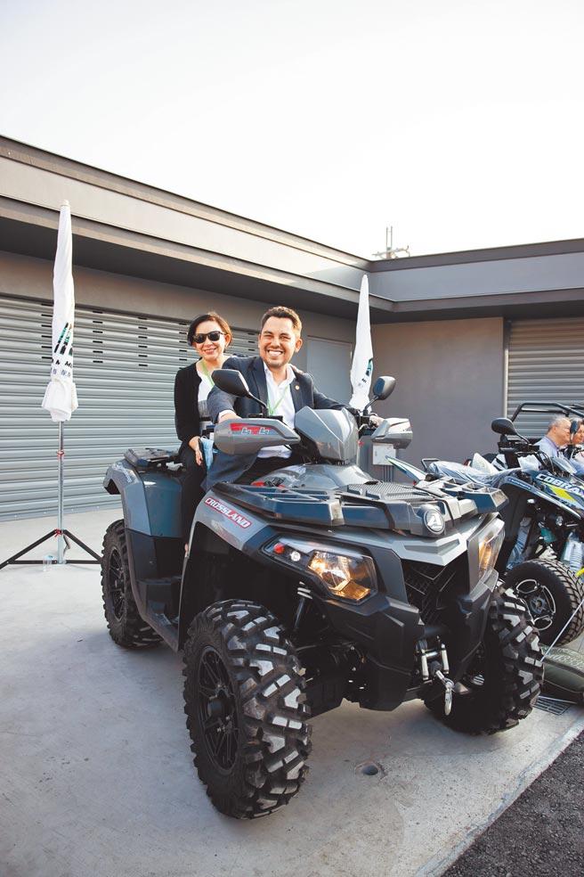 瓜地馬拉駐台大使葛梅斯夫婦也親身體驗熱銷歐美、性能強大的沙灘車CROSSLAND 600 EFI 4x4,各國使節一同認識台灣之光。(宏佳騰提供)