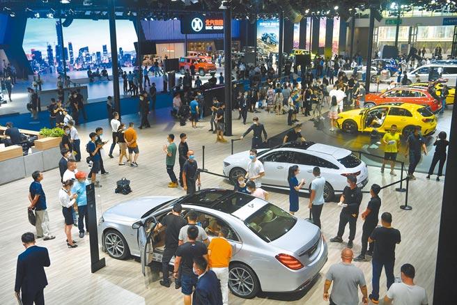 人民幣升值,汽車類股將受惠。圖為7月24日,成都國際汽車展覽會。(中新社)