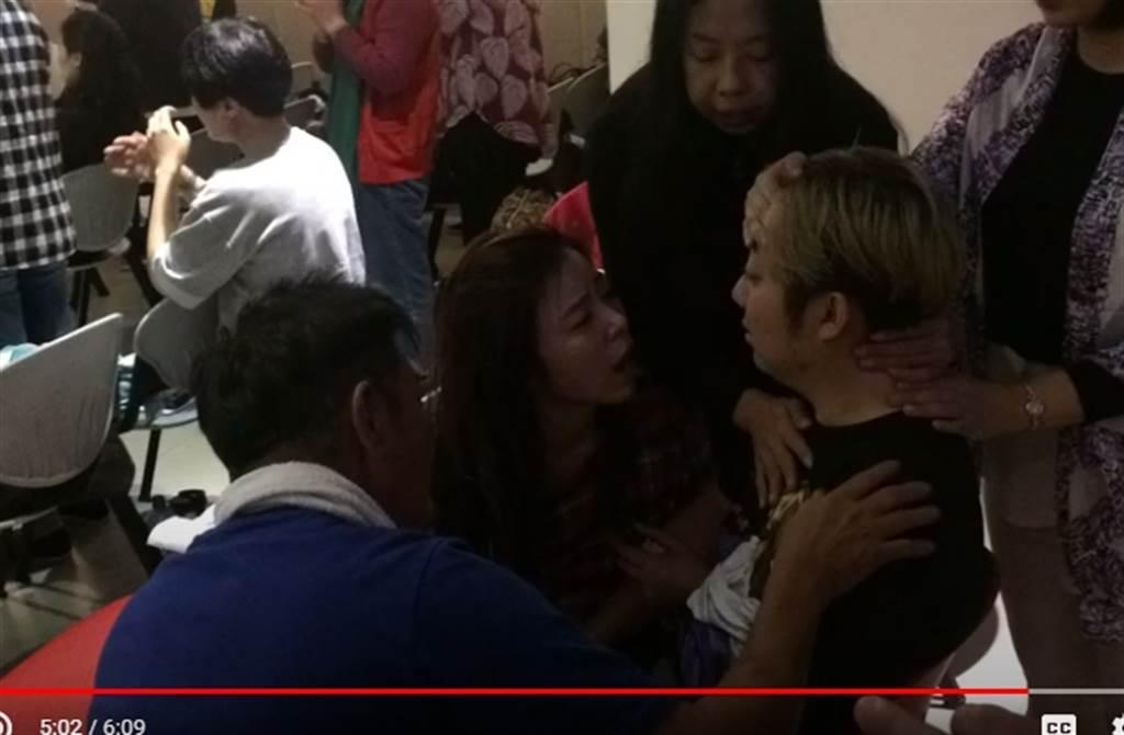 艾成曝光中邪影片,影片中王瞳一臉憂心地陪伴身旁。(取自艾成臉書)