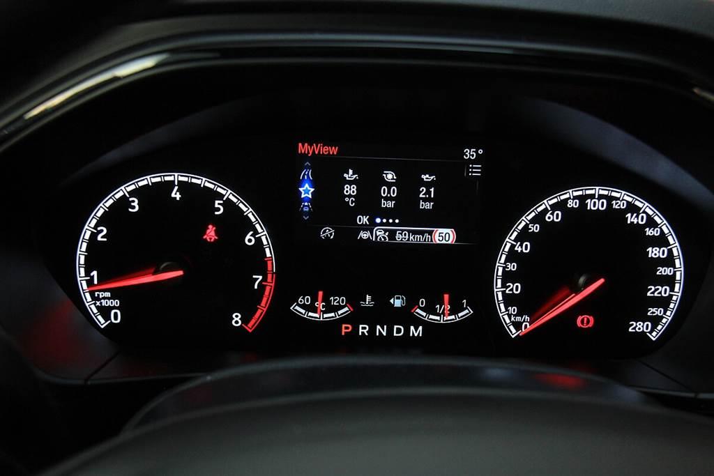 渦輪增壓器增壓壓力、機油壓力和機油溫度可顯示在駕駛儀錶4.2吋TFT彩色螢幕中(圖中試駕車為認證車,未配置全數位駕駛儀錶)。