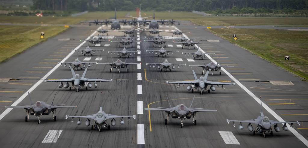 美日F-16CM,F-35A與EA-18G等各式戰機2020年6月22日在日本三澤空軍基地以大象漫步(Elephant walk )的方式,大秀戰鬥實力。(美國空軍)