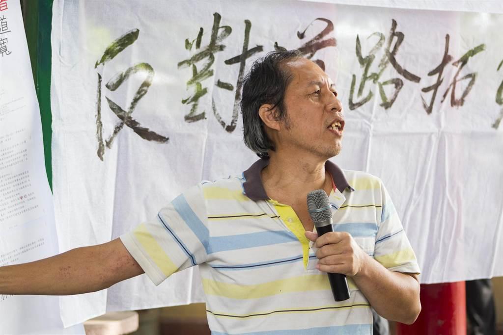 雲林縣政府27日辦理164縣道拓寬工程計畫第4次公聽會,村民拉起白布條「反對拆房子」、「反對道路拓寬」抗議。(周書聖攝)