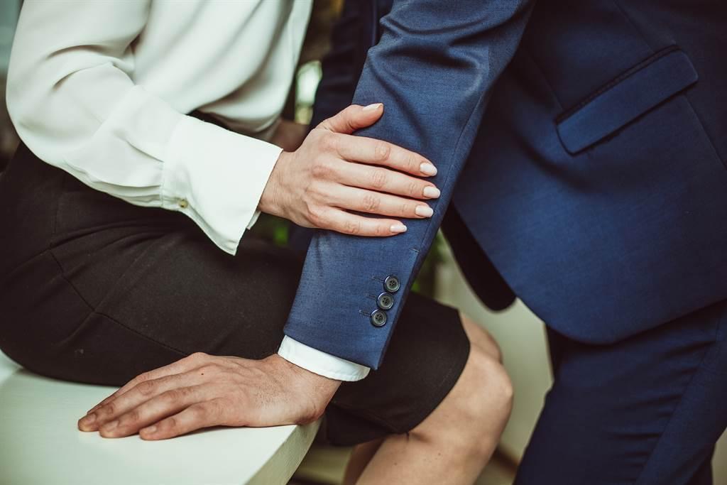 男子發現妻子外遇,只花一天辦完離婚手續,事後求償百萬遭法院駁回。(示意圖/達志影像/Shutterstock提供)
