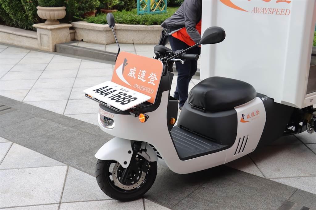 事實上這台三輪車,其實就是8月底的時候宏佳騰所發表的商用電動機車 Ai-2 Gather