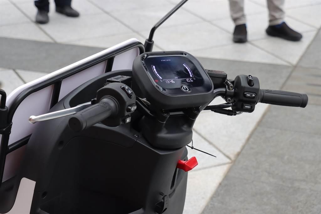 這台電動三輪車採用的是 AEON CROXERA智慧儀表,搭載升級後的 CROXERA 聯動車聯網服務,能夠進一步滿足物流業者重視的駕駛行為、安全提醒和系統連動機制,甚至也能進行大數據的搜集。