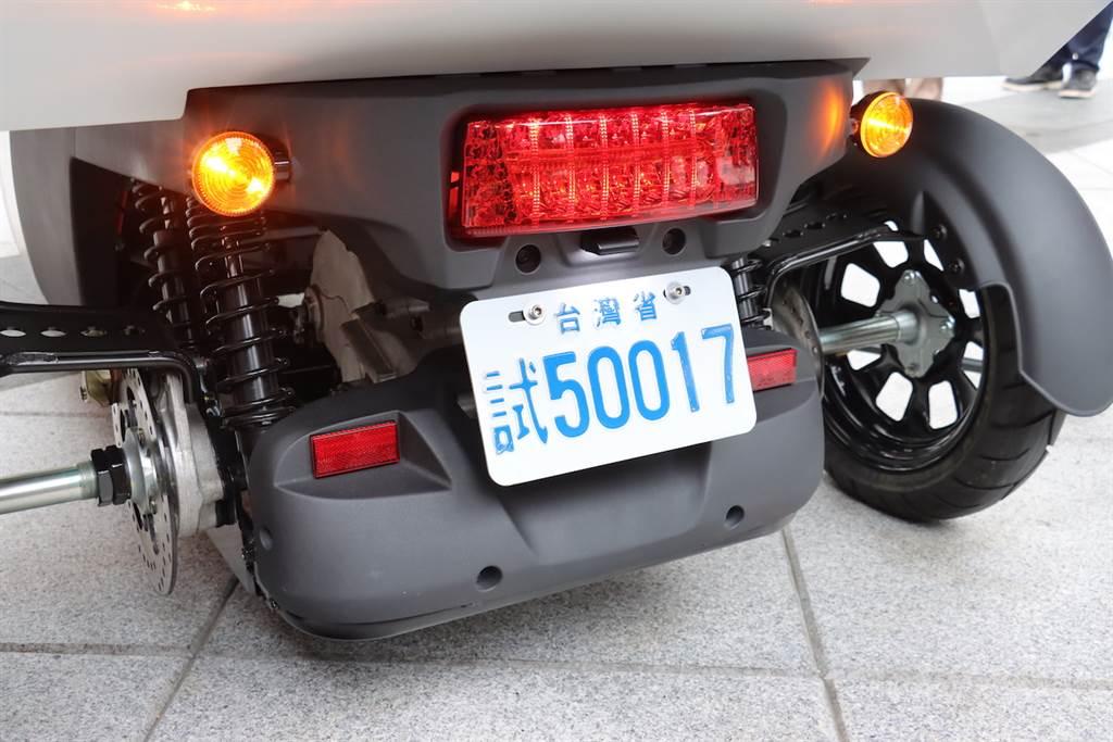 車尾採用 LED 尾燈,搭配二組獨立轉向燈。