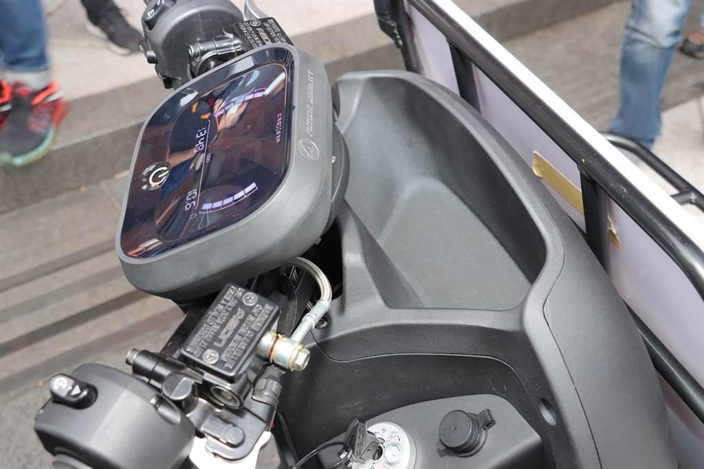 儀表板前方具備一個凹槽可以放置物品。