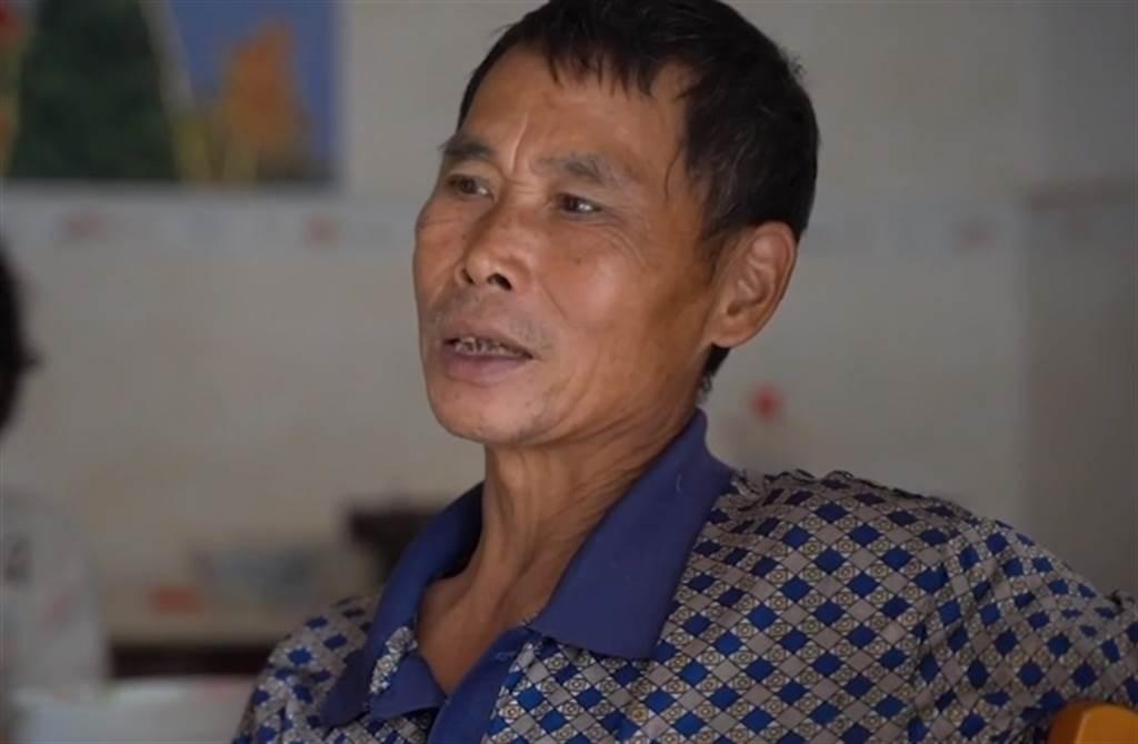 小馬雲的父親為了孩子前途,雖然擔心也要把小馬雲送去上學。(取自澎湃新聞)